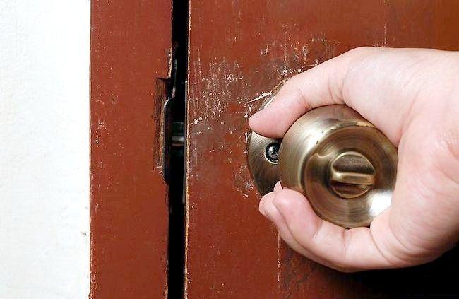 शोर किए बिना दरवाजा बंद कैसे करें