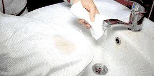 एक कपास शर्ट चरण 8 से एक कॉफी दाग निकालें शीर्षक चित्र