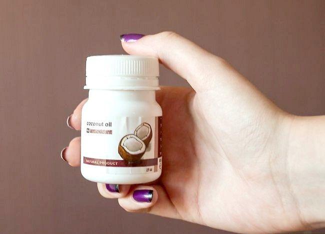 क्रिस्टल पर त्वचा के उपचार के लिए नारियल तेल का प्रयोग करें