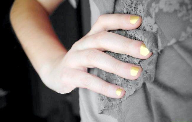 अपना शीर्षक पहनावा नेल पॉलिश रंगों का कंट्रास्ट और चमकीला आपका सामान चरण 13